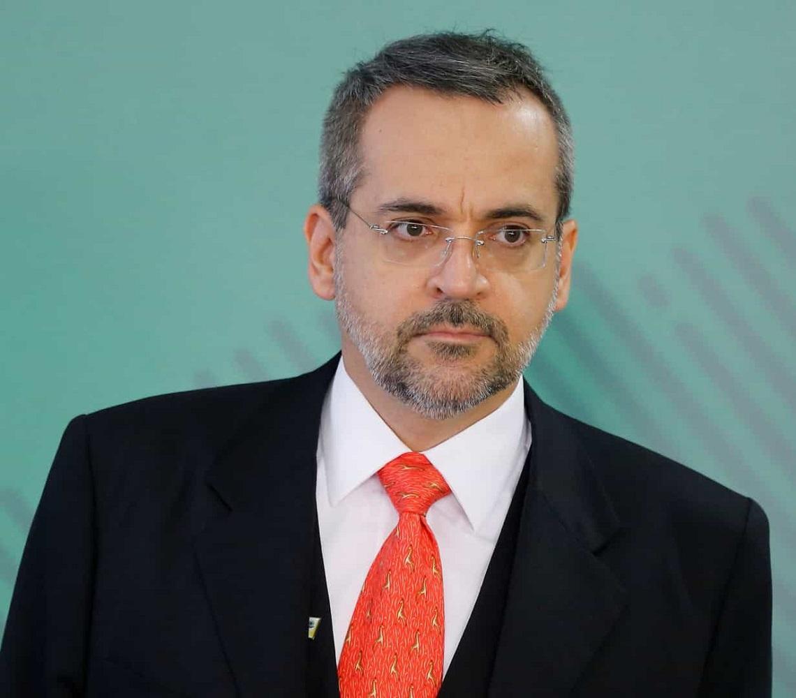 Ministro demite brigadeiro e prepara volta de 'olavistas'