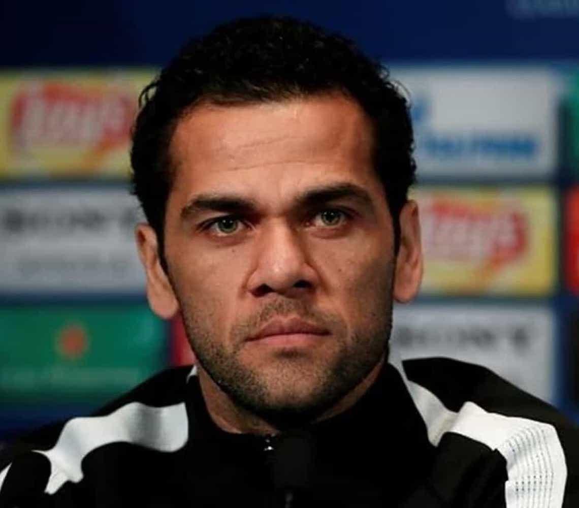 Daniel Alves condena agressão de Neymar: