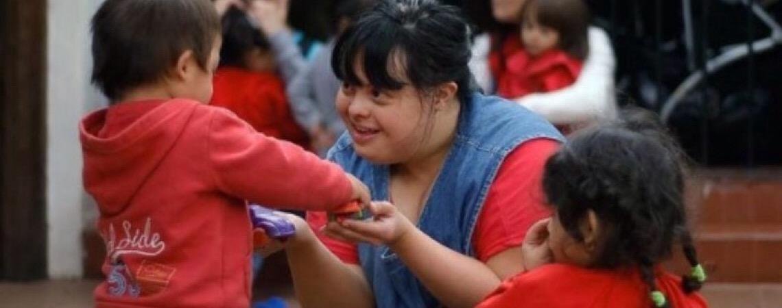 Primeira professora com Síndrome de Down encanta crianças na Argentina