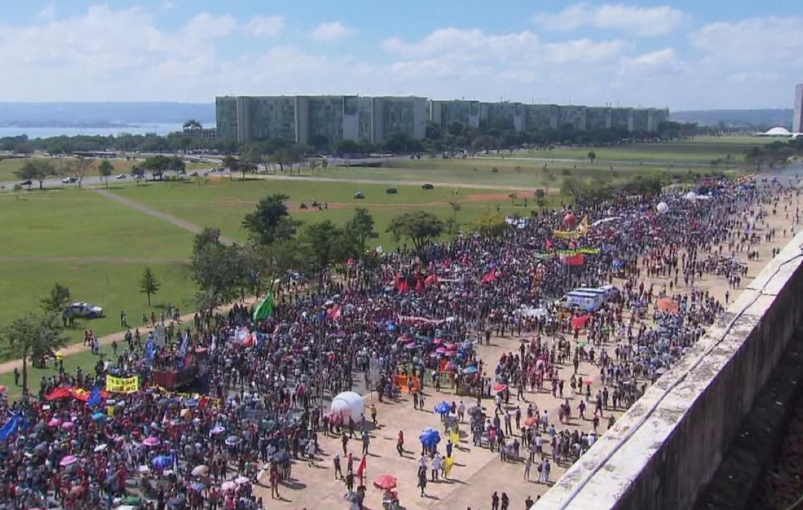 Cidades brasileiras têm atos de alunos, professores e servidores da Educação contra bloqueio de verbas