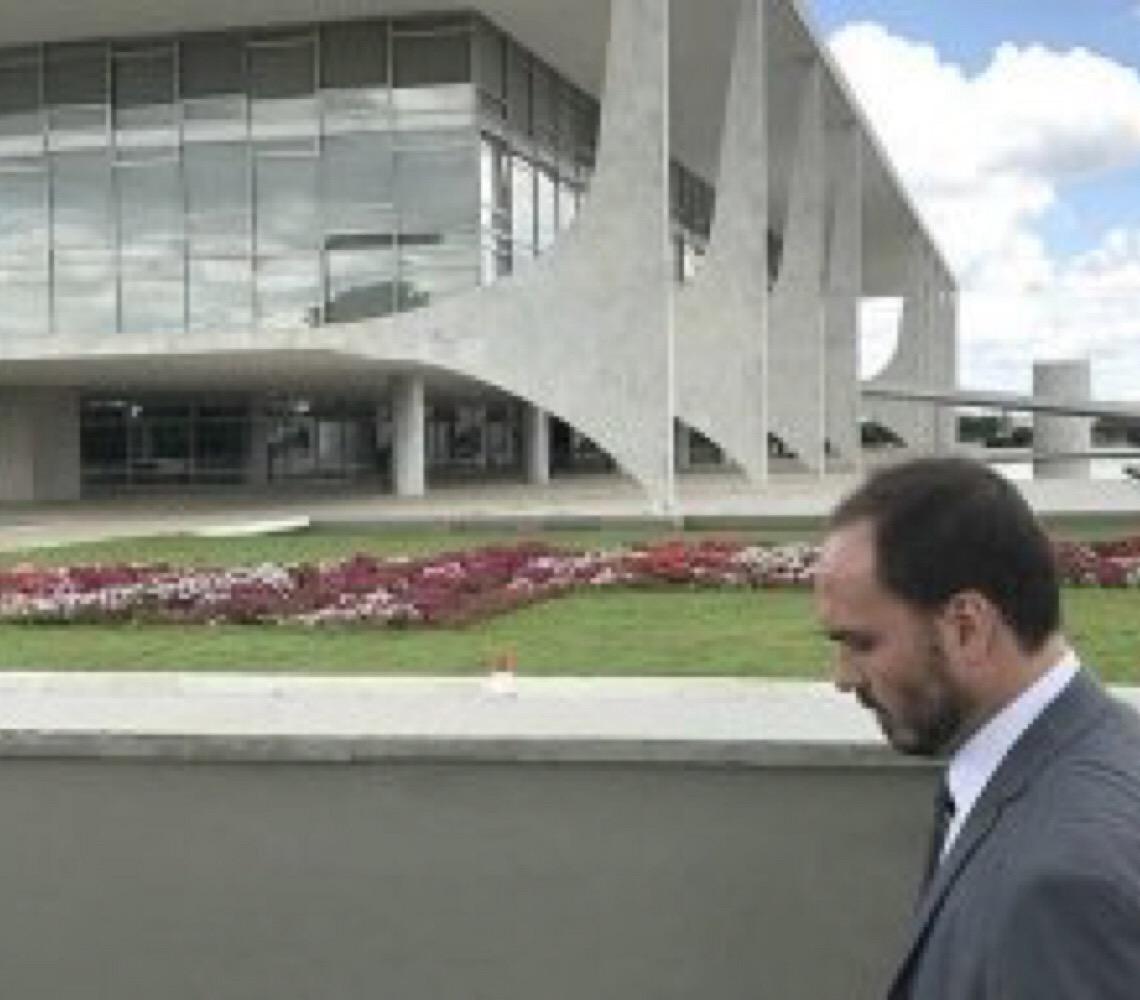 'O que está por vir pode derrubar o capitão', diz Carlos Bolsonaro