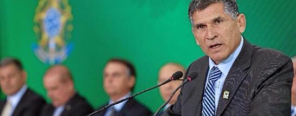 O Exército, o novo poder de Santos Cruz e a retirada de Olavo de Carvalho