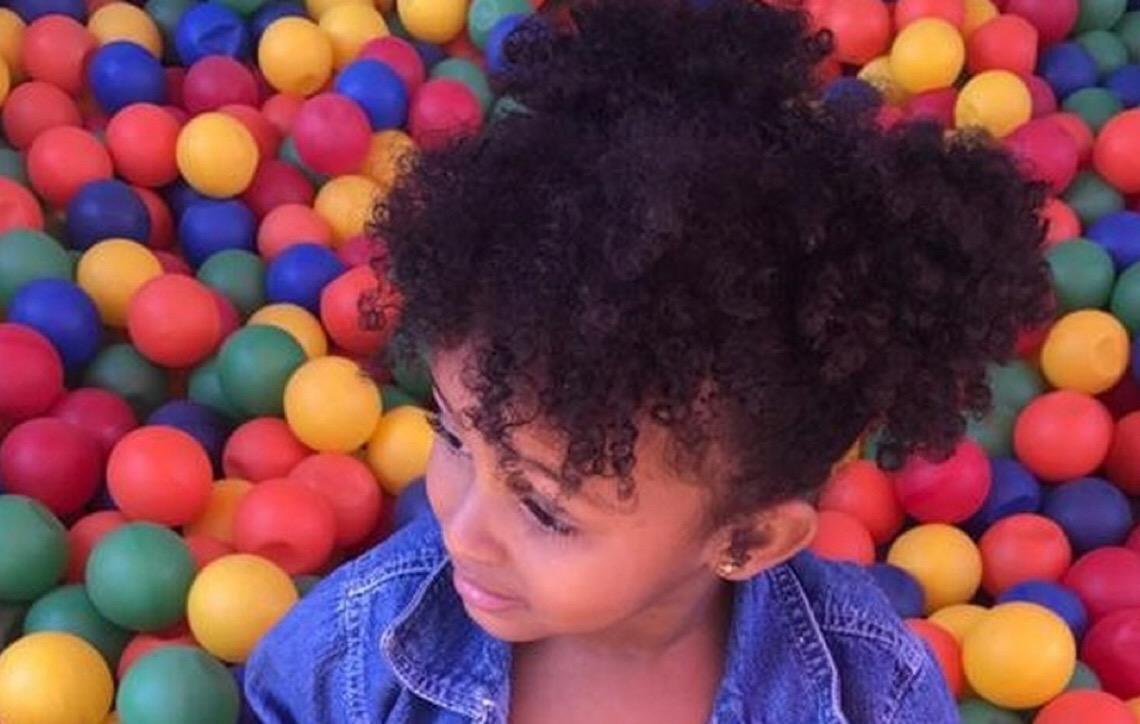 Para ajudar pais a cuidarem dos cabelos cacheados dos filhos, cabeleireira em Brasília cria curso gratuito pela internet
