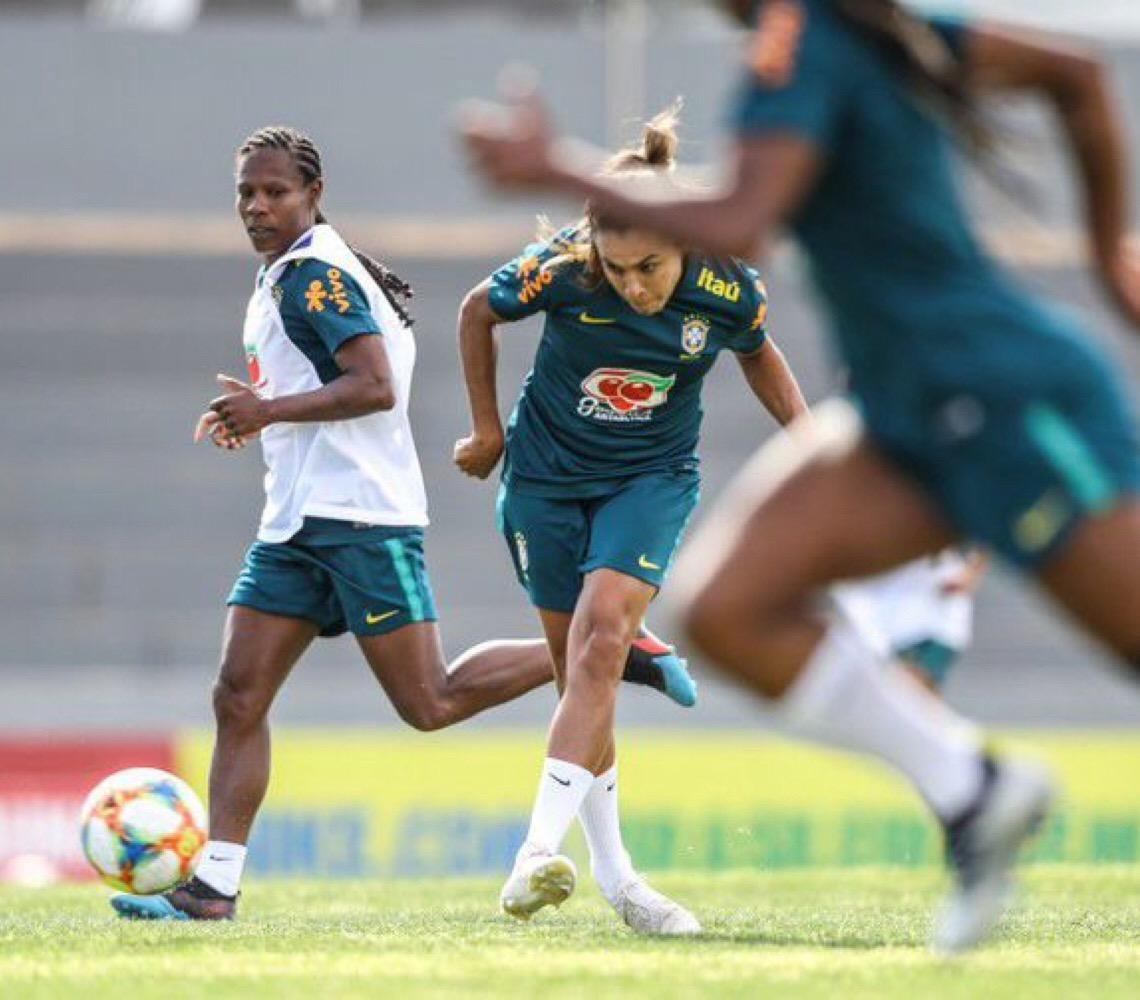 Seleção feminina do Brasil treina completa para a Copa do Mundo na França