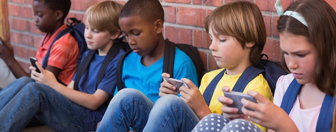 De acordo com a OMS, pais devem ficar em alerta para exposição das crianças à aparelhos digitais e eletrônicos
