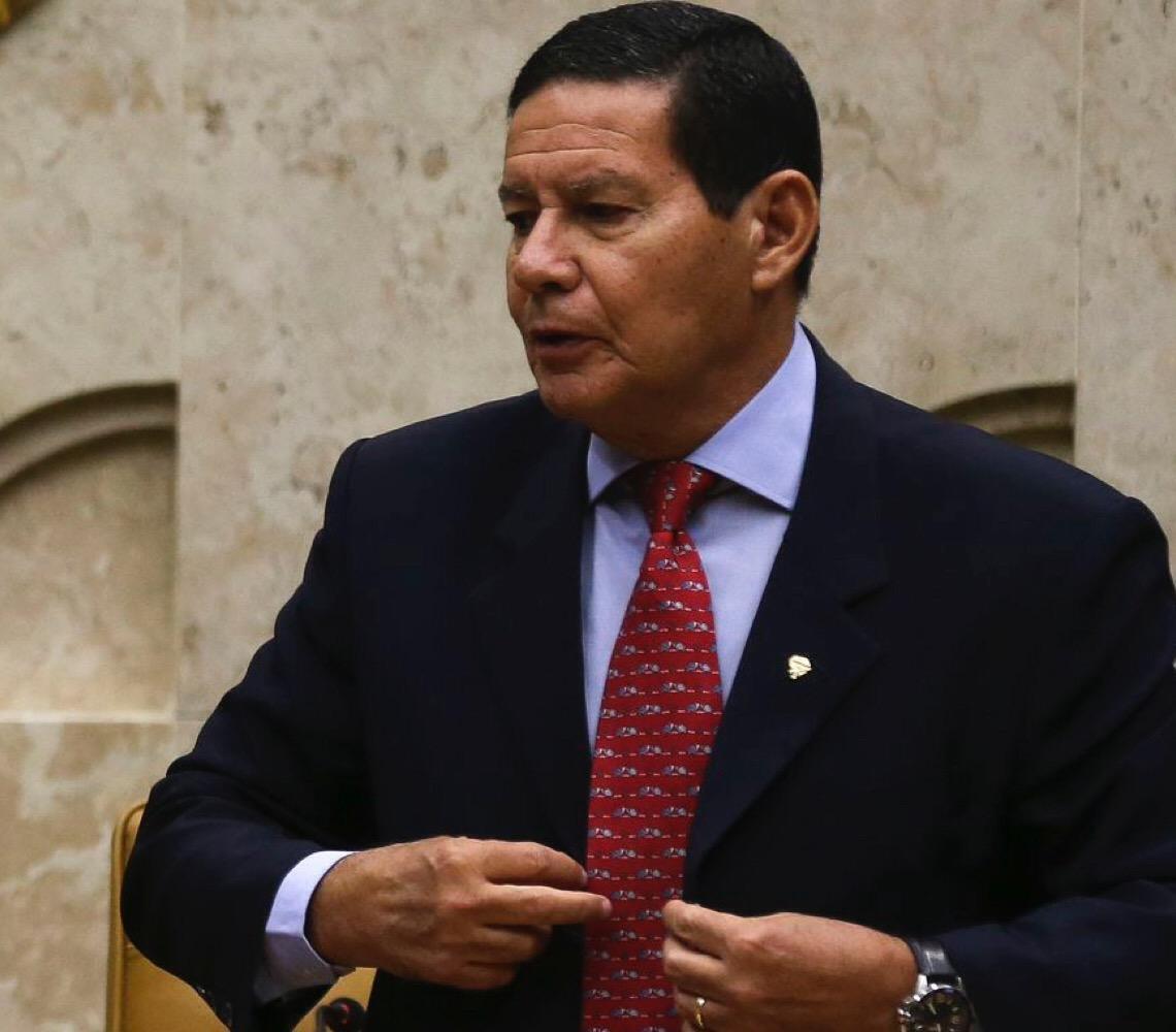 """Levou o troco. Mourão diz que Carlos Bolsonaro """"sumiu"""", e Zero Dois logo respondeu no Twitter"""
