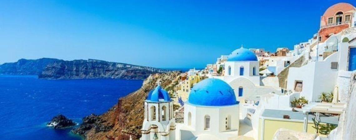 Meca do turismo. Santorini, a ilha vulcão da Grécia, recebe mais turistas do que o Brasil