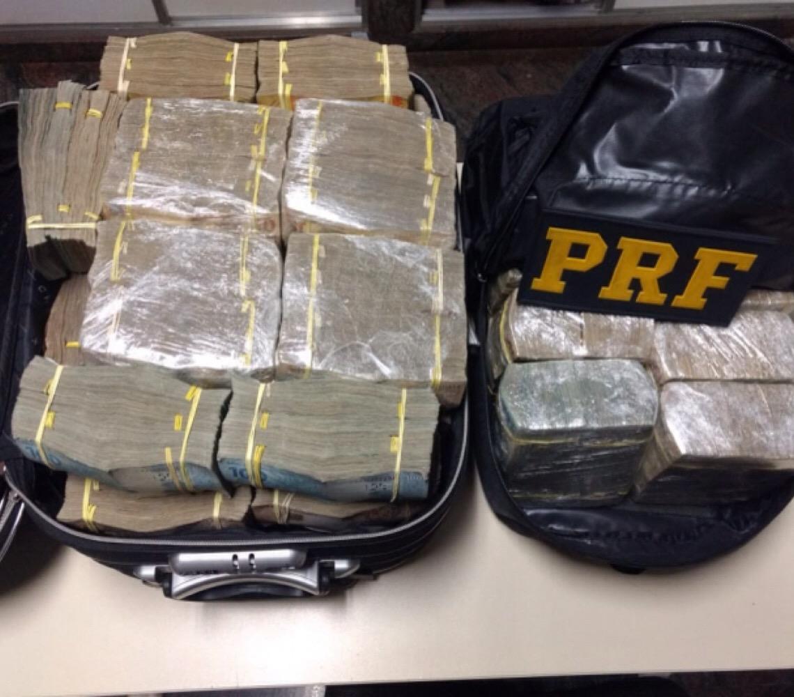 Polícia Rodoviária Federal apreende R$ 1,5 milhão em carro de policiais aposentados