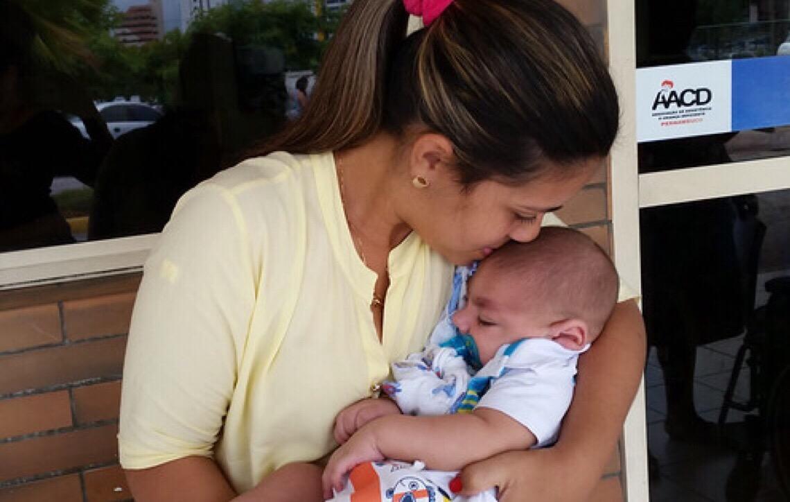 Mães de crianças com microcefalia protestam contra suspensão do BPC no Recife