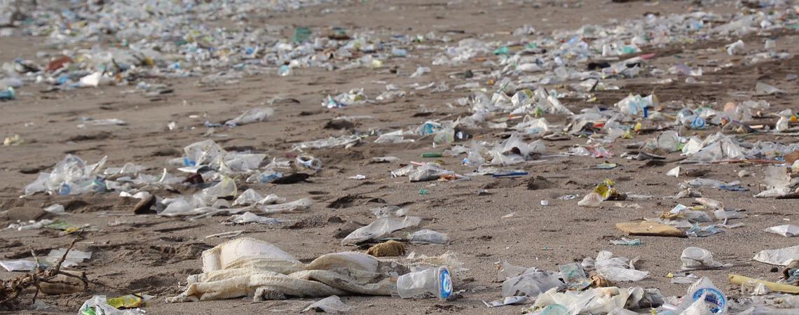 Se as águas dos oceanos sobem, também sobem as ilhas de lixo. Por que o Ocidente exporta seu lixo para as nações mais pobres?