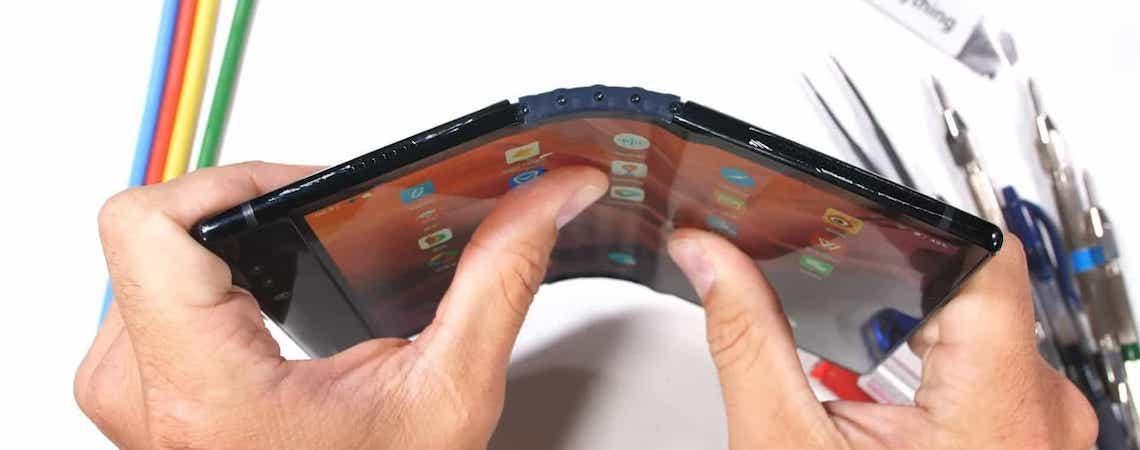 Smartphone dobrável fica arruinado depois de teste de resistência