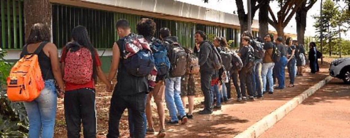 Facada, protesto e 10 escolas militarizadas em Brasília
