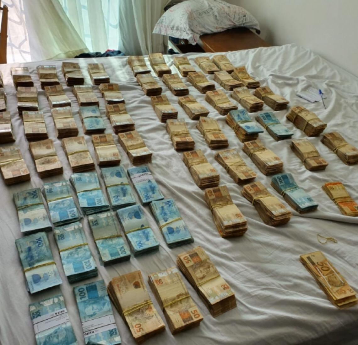 Promotoria pega R$ 600 mil em dinheiro no apartamento de hacker preso em Curitiba