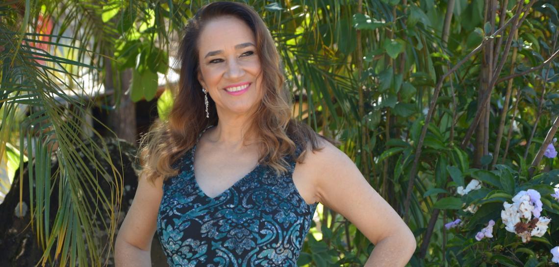 Com show atemporal,  Mina Ziane se apresenta no Feitiço Mineiro