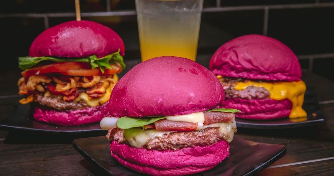 O Concorrente lança hambúrguer rosa para alertar sobre o câncer de mama