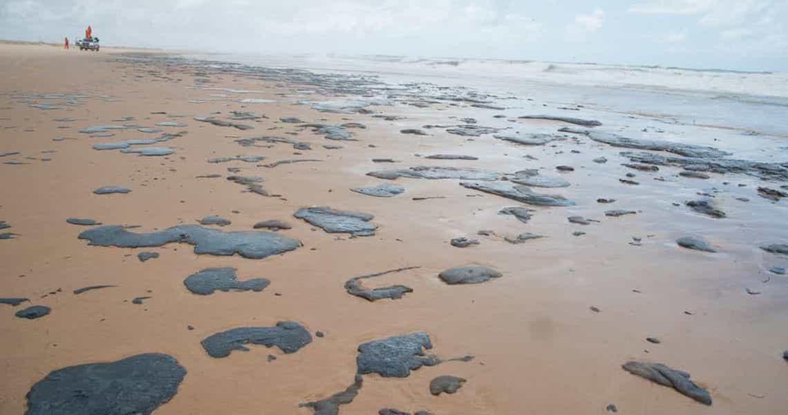 Sergipe declara emergência por óleo nas praias e aguarda Salles
