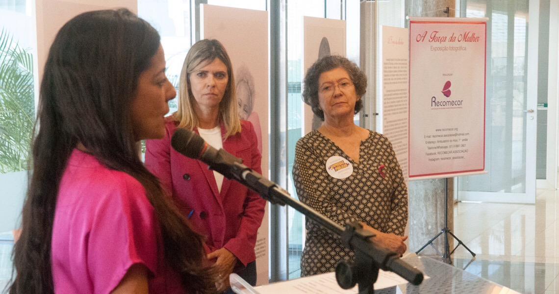 Retratos de mulheres que venceram o câncer de mama ficam expostos na Câmara Legislativa