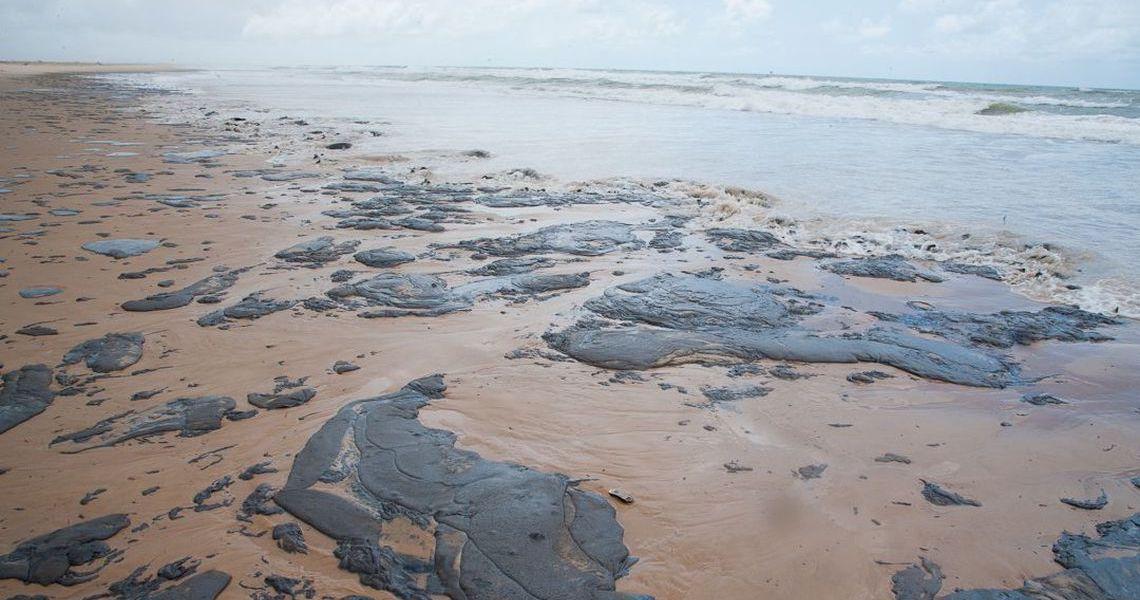 Justiça determina que União contenha avanço de óleo no litoral