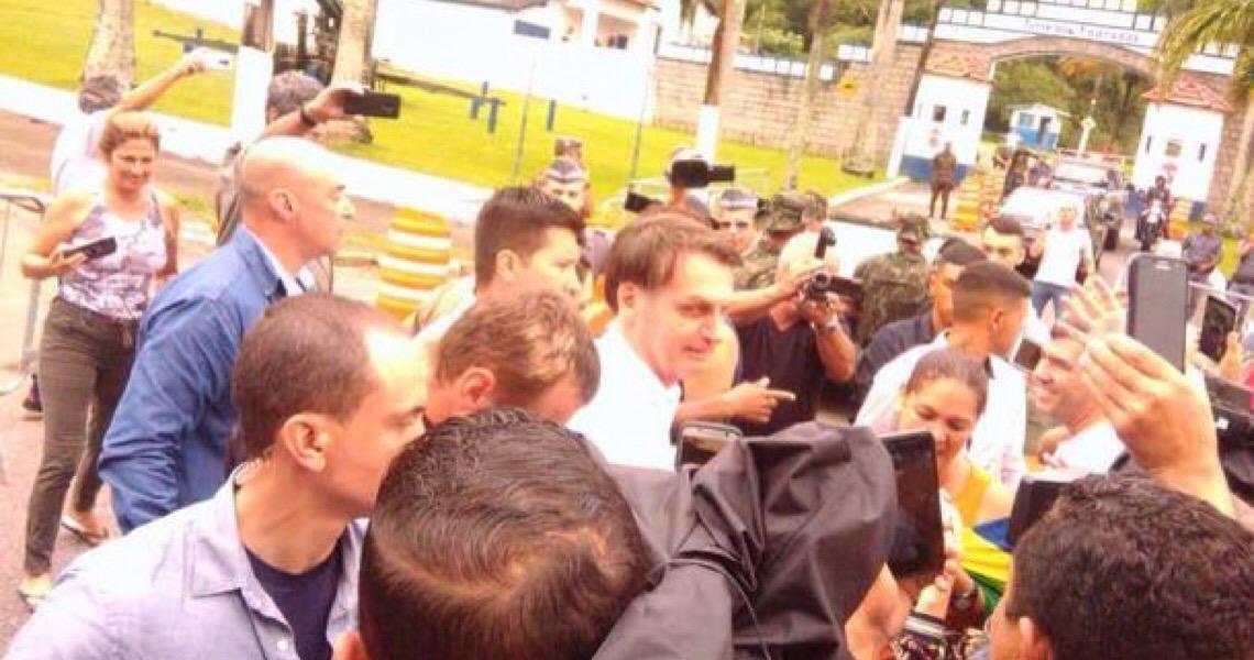 No Guarujá, Bolsonaro acusa PT de 'ir para cima' de Carlos no caso Marielle