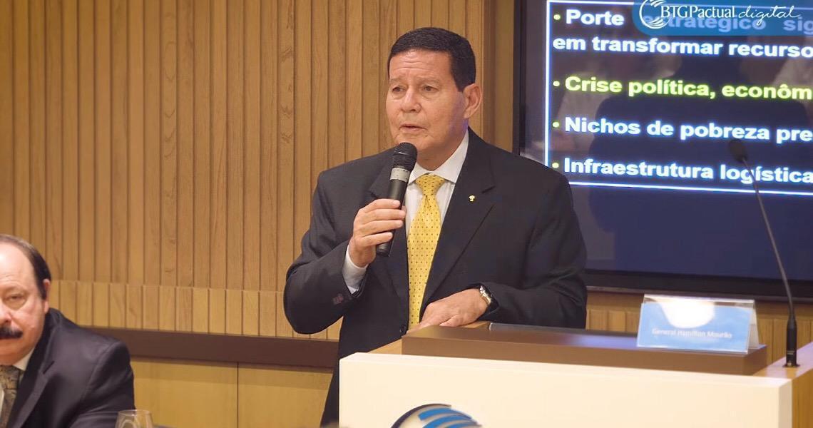Hamilton Mourão exalta República. Weintraub faz críticas