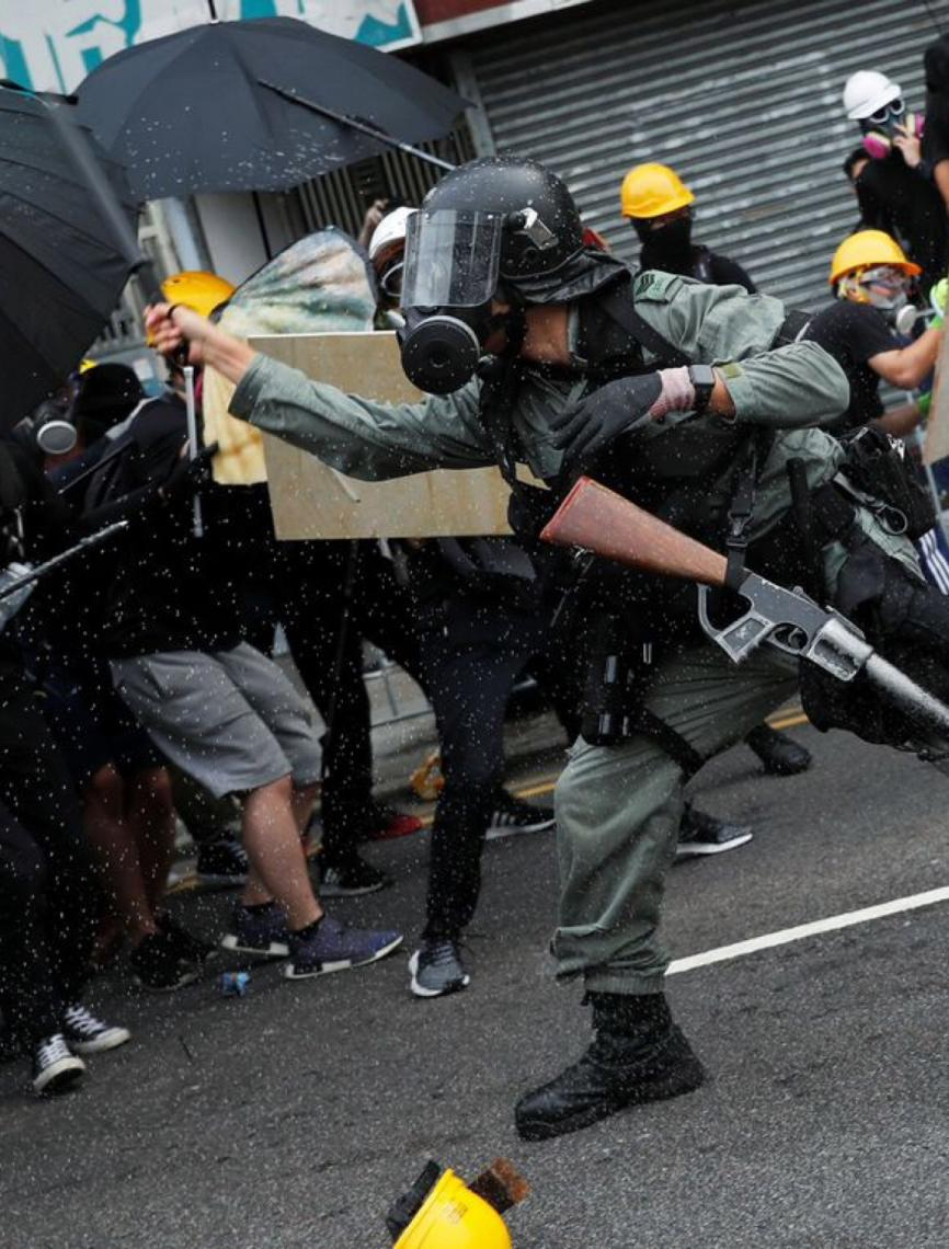 Polícia de Hong Kong recua diante de ataque de estudantes