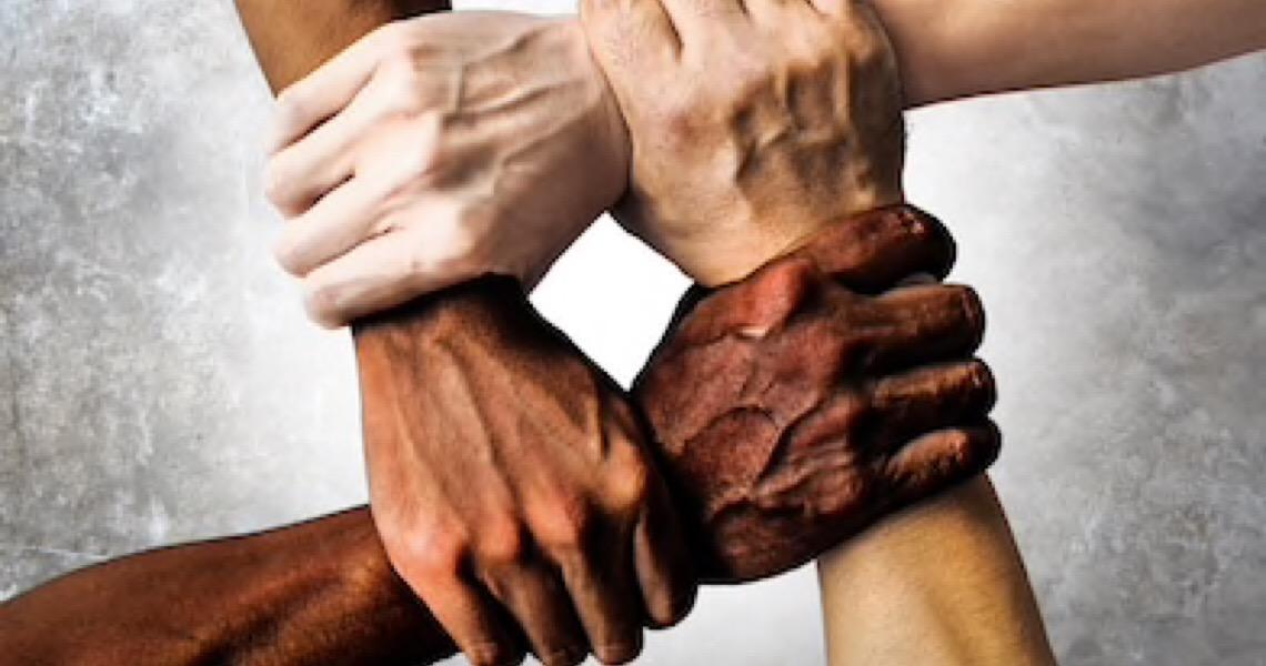 """Aumentam denúncias relacionadas a racismo: """"preto safado"""" e """"macaco"""" são algumas das principais ofensas"""