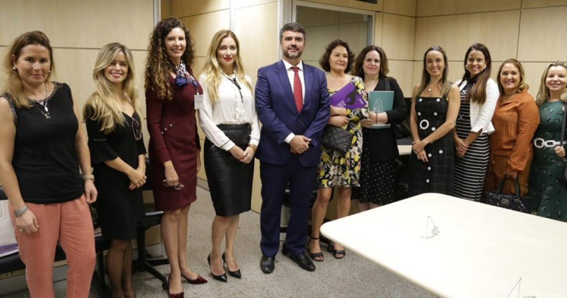 TJ do DF e comitiva internacional trocam experiências sobre combate à violência doméstica