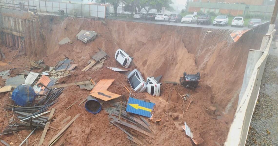 Cratera se abre e engole carros em Brasília após chuva