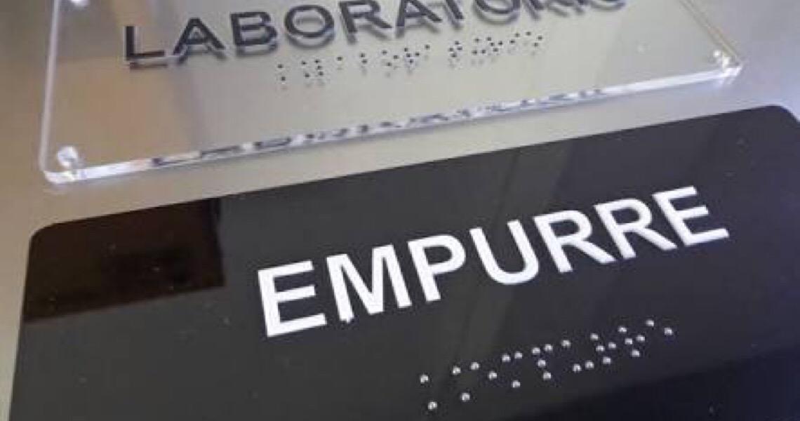 Prédios sem placas em braille no DF terão que pagar multa de até R$ 2,5 mil
