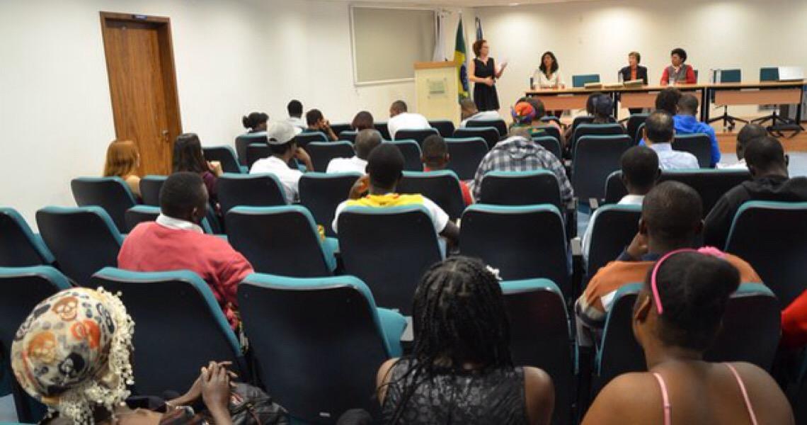 Refugiados e imigrantes concluem curso de português em Brasília
