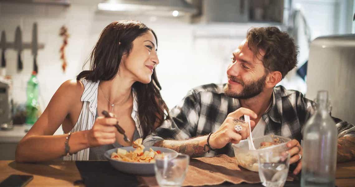 Jantar após esta hora aumenta o risco de ataque cardíaco, diz estudo