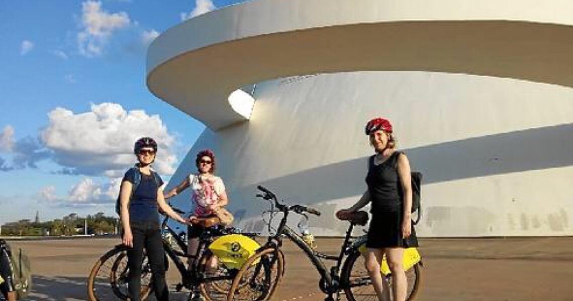 Brasília no roteiro turístico. Bike e ônibus são opções
