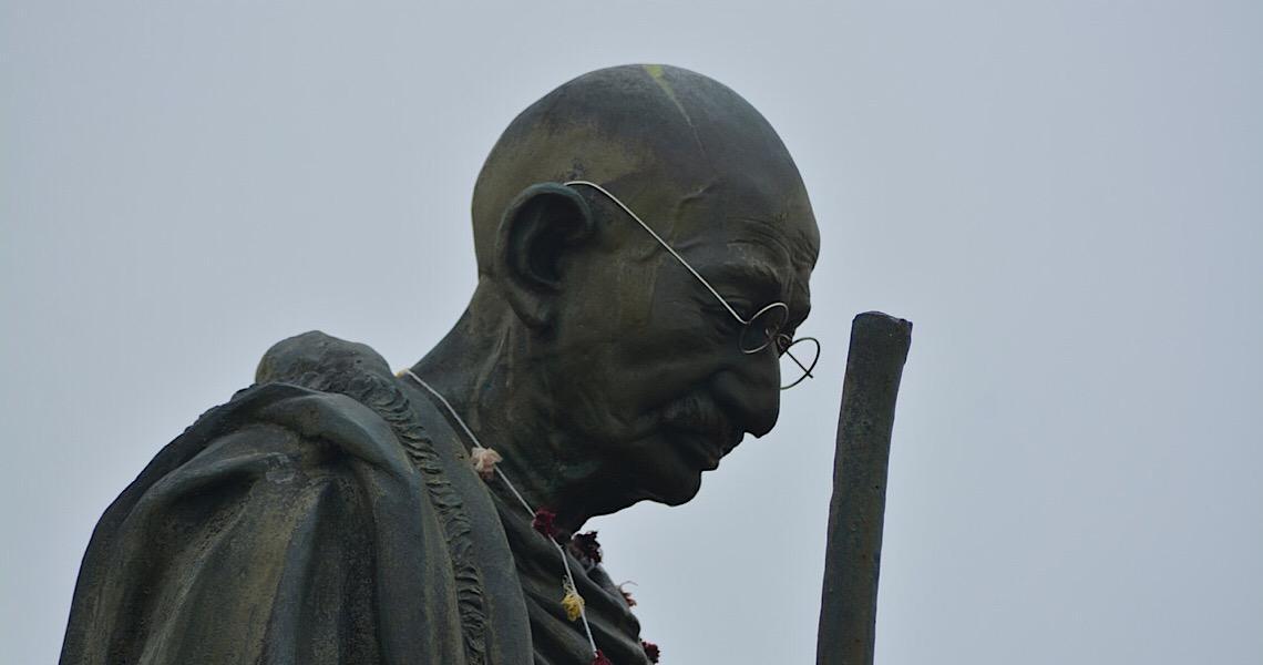 """Bisneta de Gandhi critica visita de Bolsonaro a memorial: """"Distorção do legado"""""""