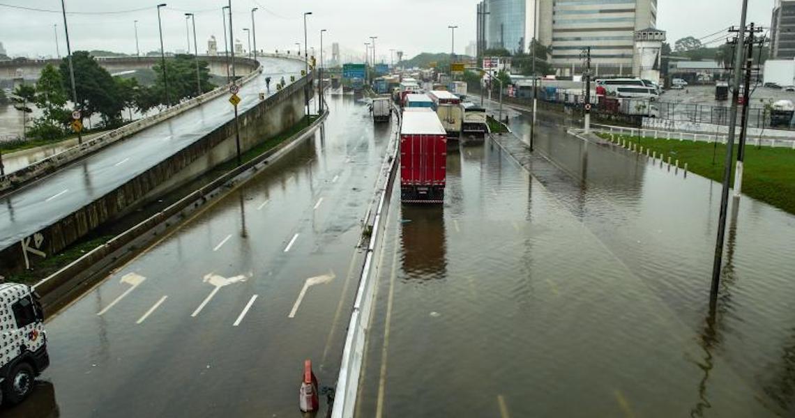 Funcionário que faltou ao trabalho por causa da chuva pode ter dia descontado