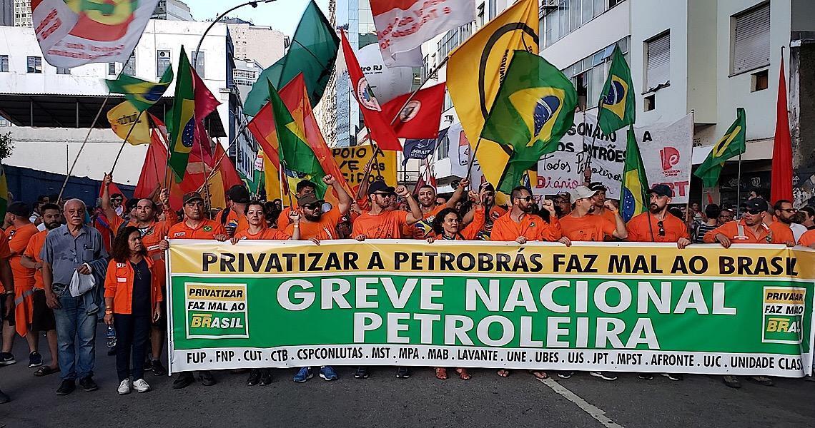 Greve continua: em ato no Rio, petroleiros comemoram decisão que suspende demissões
