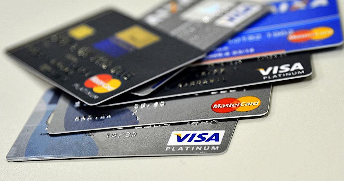 Cartão de crédito passa a usar cotação do dólar do dia da compra. Medida entrou em vigor no domingo