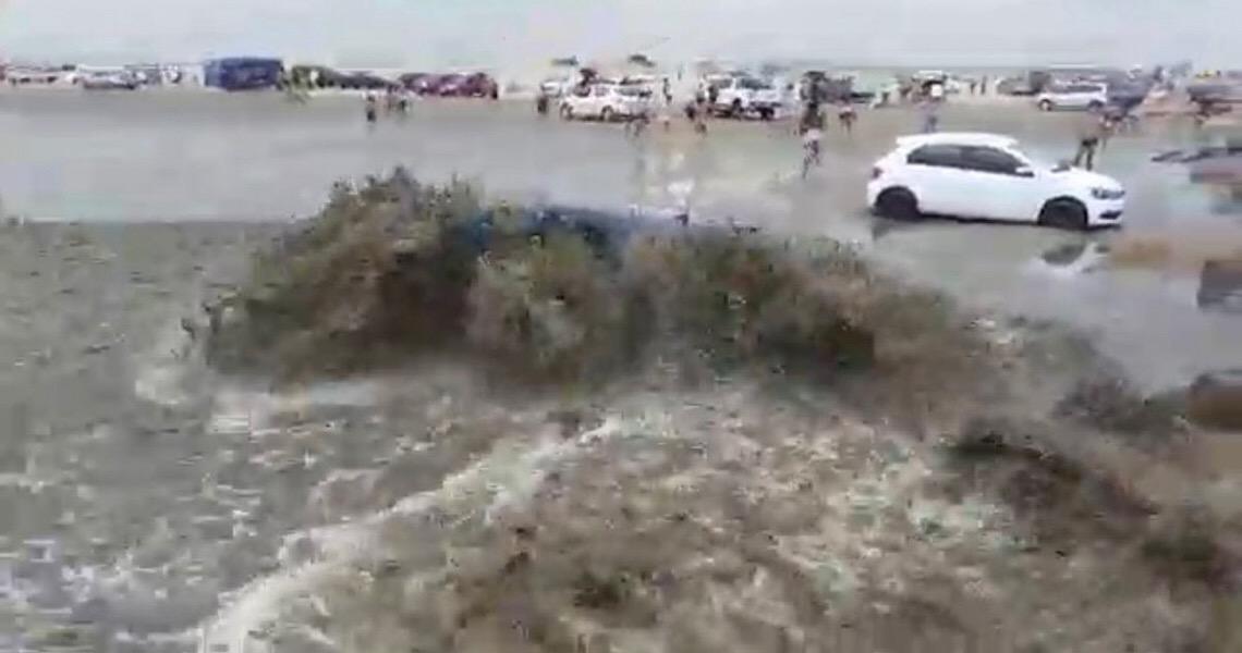 Praia no RS tem tsunami meteorológico e carros são arrastados pela água