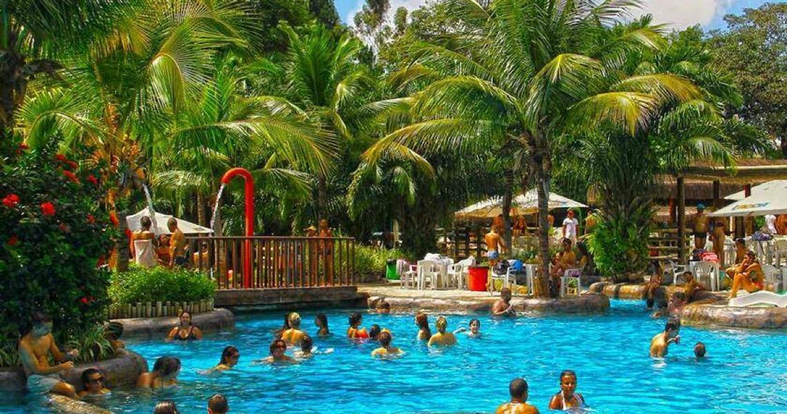 Caldas Novas e Pirenópolis fecham clubes e visitação a cachoeiras