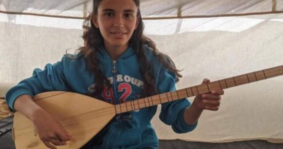 Refugiada síria reflete sobre impactos da guerra por meio da música
