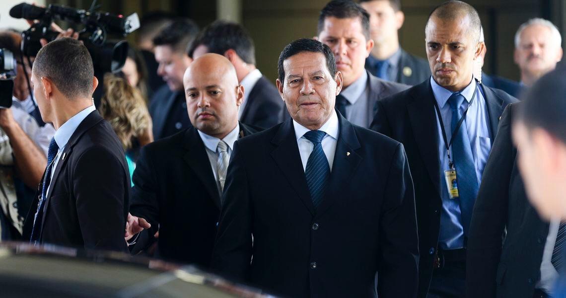 Mourão vai na contramão de Bolsonaro e diz que orientação do governo continua a ser de 'isolamento'