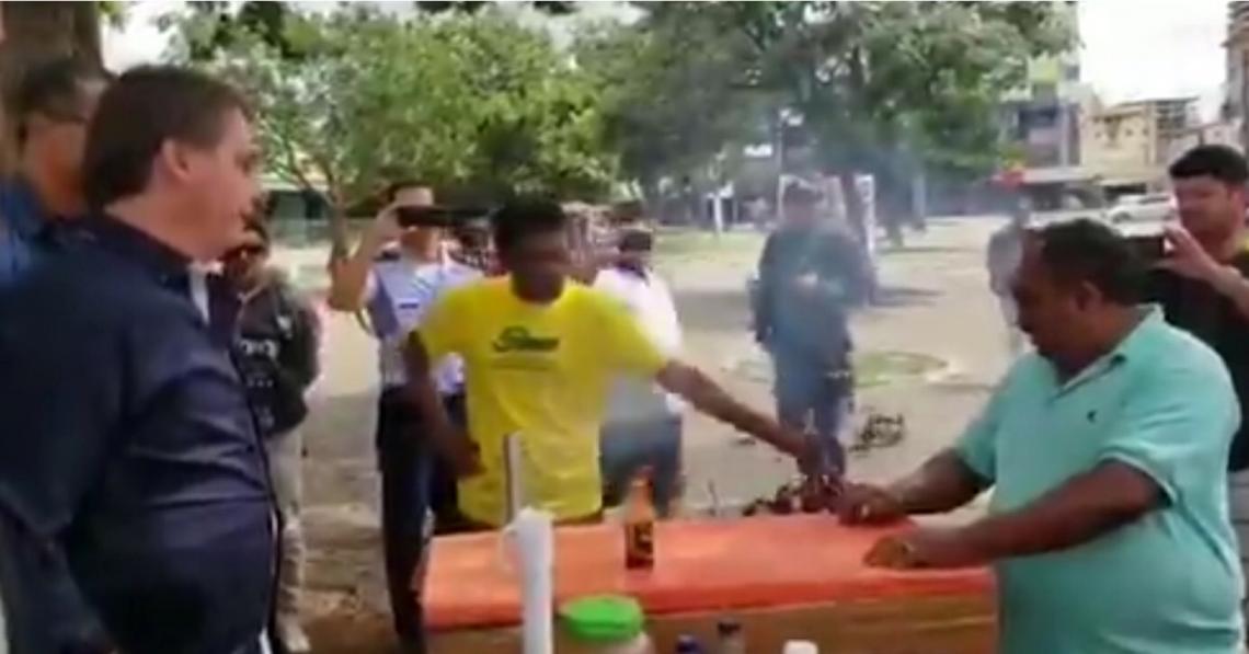 Jair Bolsonaro contraria recomendação da OMS e conversa com populares na rua