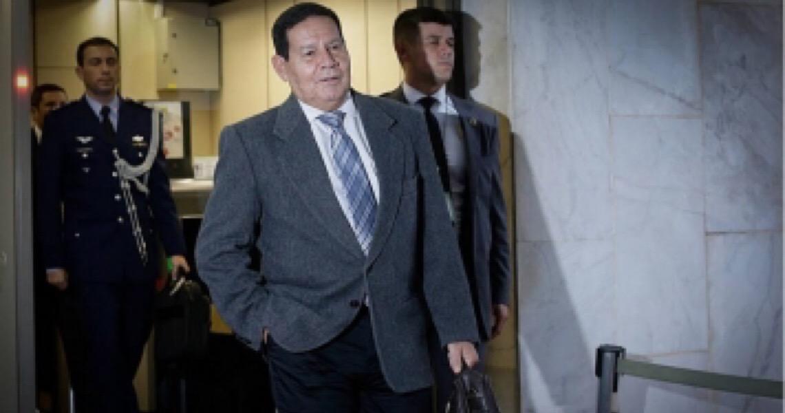 Hamilton Mourão 'bombeiro' faz contraponto a Bolsonaro e ganha espaço na ala militar