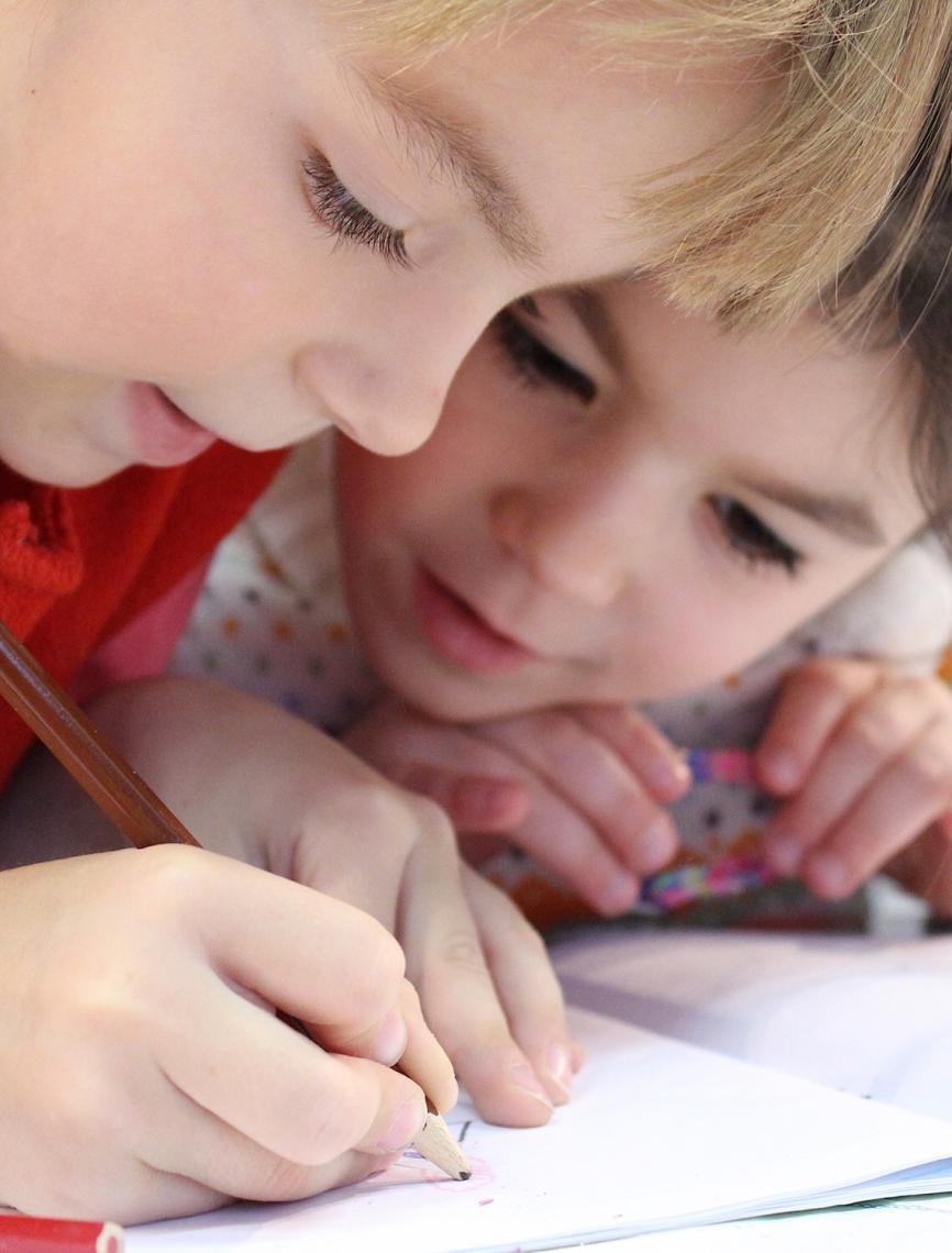 Fechar escolas desestabilizou vida de crianças; como podemos ajudá-las a continuar aprendendo