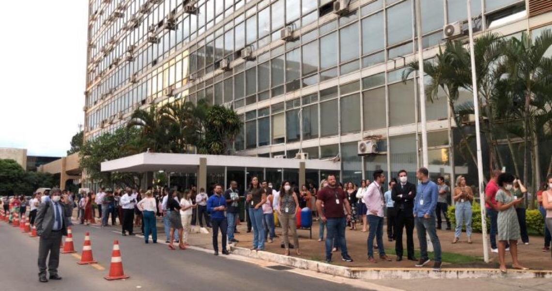 Funcionários aguardam Mandetta em frente a ministério para aplaudi-lo