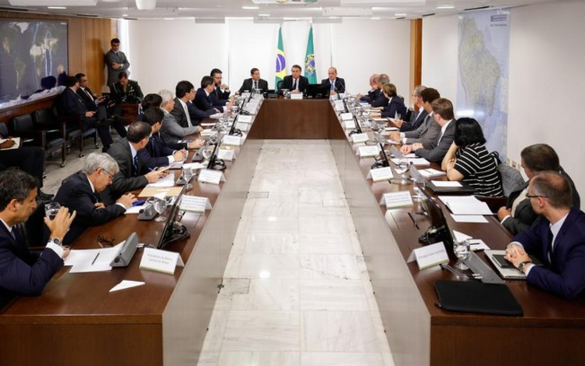 Bolsonaro ia demitir o ministro da Saúde, mas foi obrigado a recuar na última hora