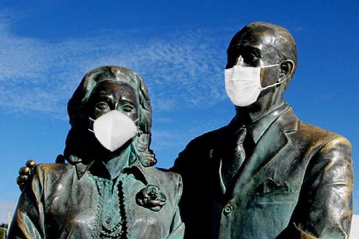 Estátuas da capital 'vestem' máscaras para alertar população