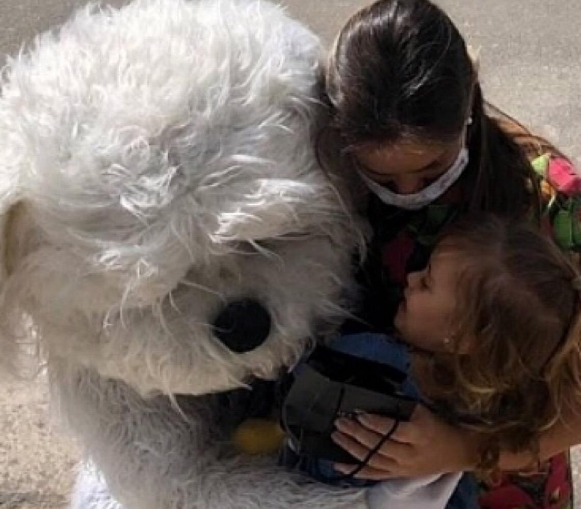 Médico usa fantasia para abraçar filha sem risco de contaminação