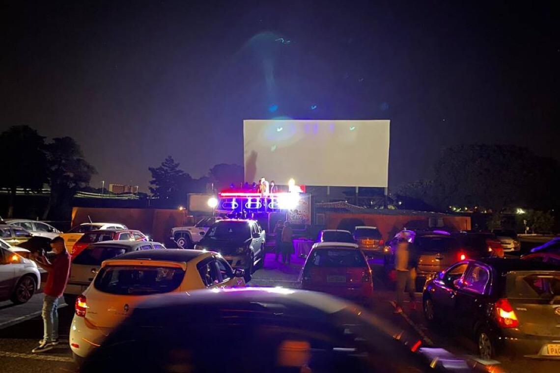 Brasília ganha novo cinema drive-in em estacionamento de shopping