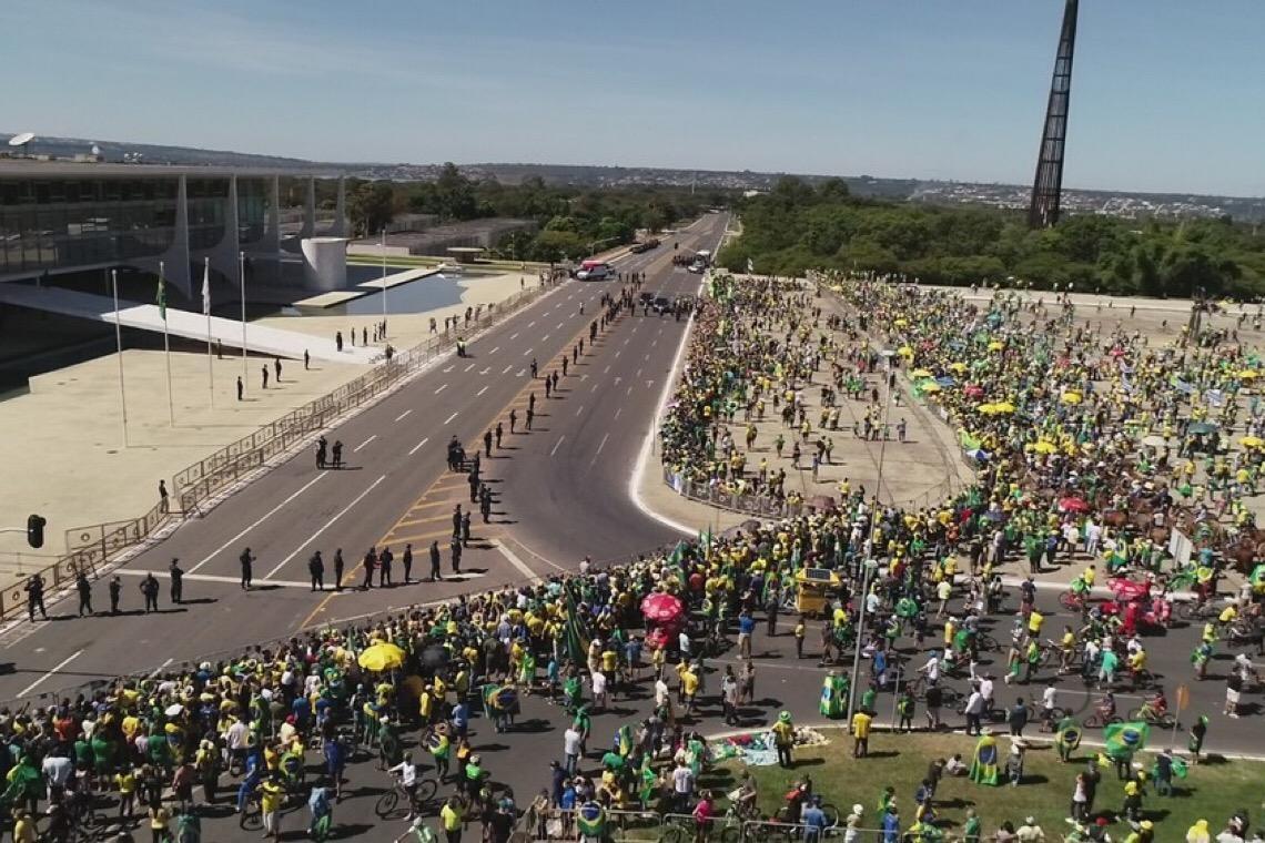 Protesto aglomera pessoas sem uso de máscaras em Brasília; GDF nega falta de fiscalização