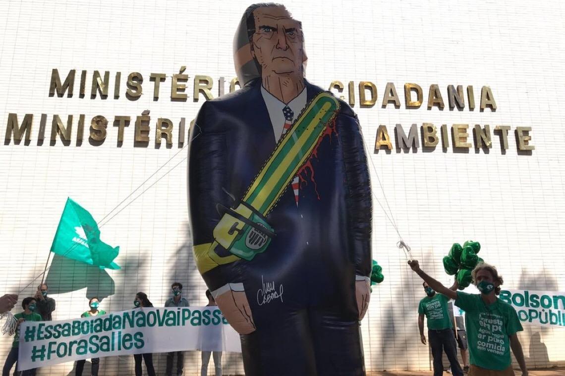 PM do DF retira boneco de Bolsonaro retratado com sangue e motosserra durante protesto em Brasília
